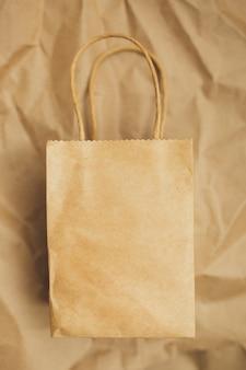 Papieren pakketten op bruine achtergrond. ruimte kopiëren. bovenaanzicht. eco en aarde concept opslaan. zero waste.