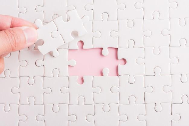 Papieren puzzelgame laatste stukjes op hun plaats voor het oplossen van een complete missie