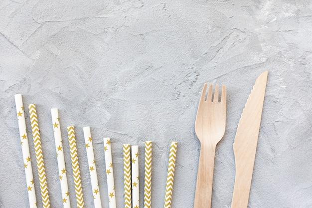 Papieren rietjes en houten messen en vorken