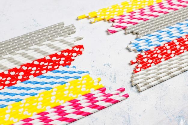 Papieren rietjes van verschillende kleuren met kopie ruimte