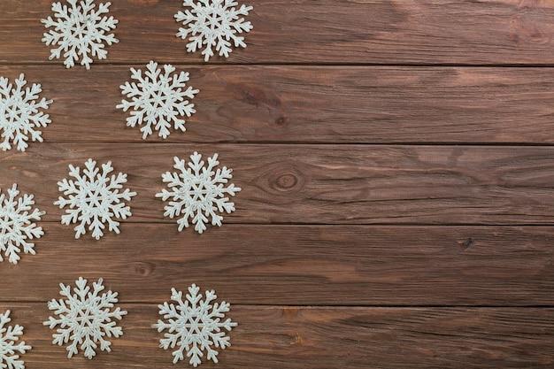 Papieren sneeuwvlokken op een houten bord