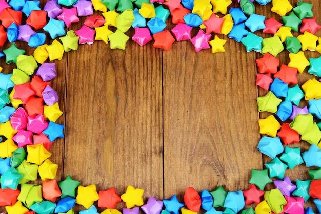 Papieren sterren met dromen op houten achtergrond