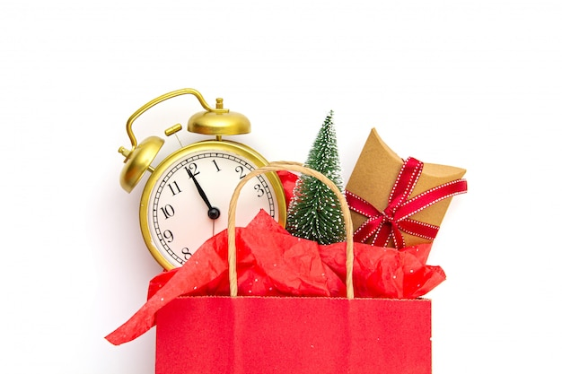 Papieren tas met kerstcadeaus, kerstboom en decoratie