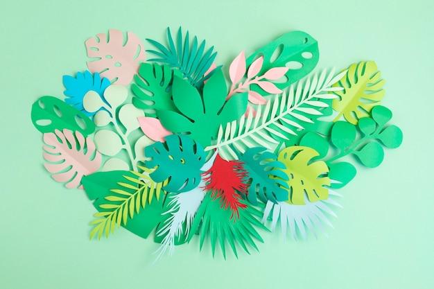 Papieren tropische bladeren en bloemen als exotische vakantie, wenskaart concept