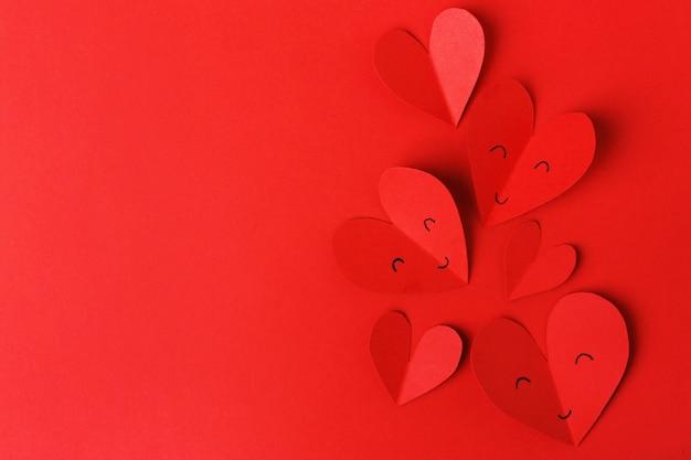 Papieren valentijnsdag harten op rood