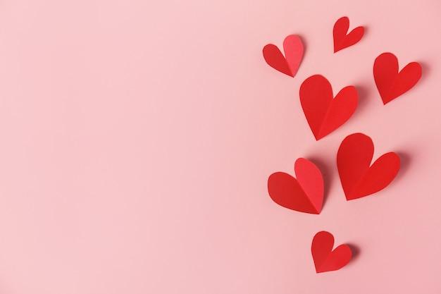 Papieren valentijnsdag harten op roze