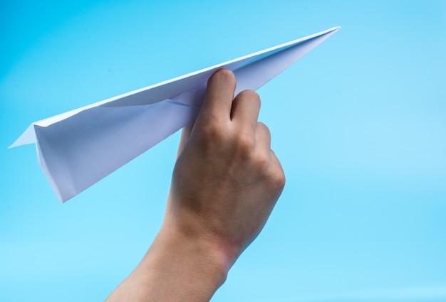 Papieren vliegtuig en blauwe hemel.
