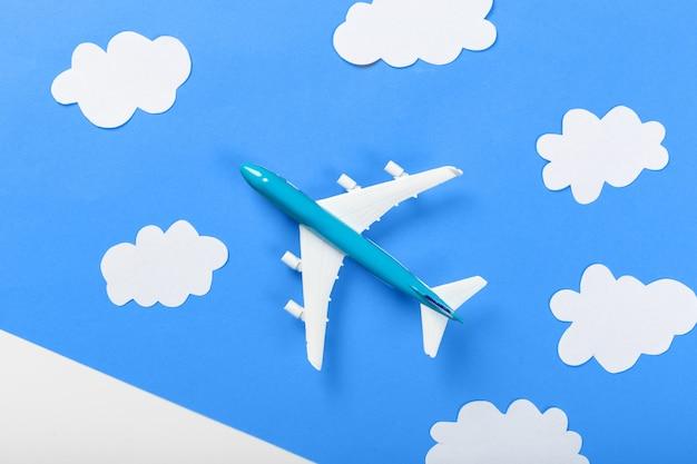 Papieren vliegtuig op blauw