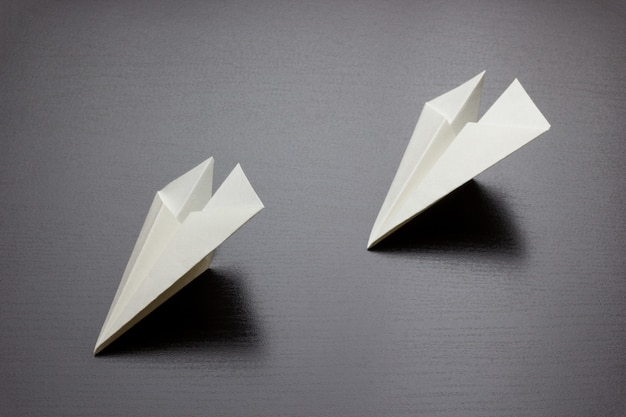 Papieren vliegtuigen op een donkere achtergrond