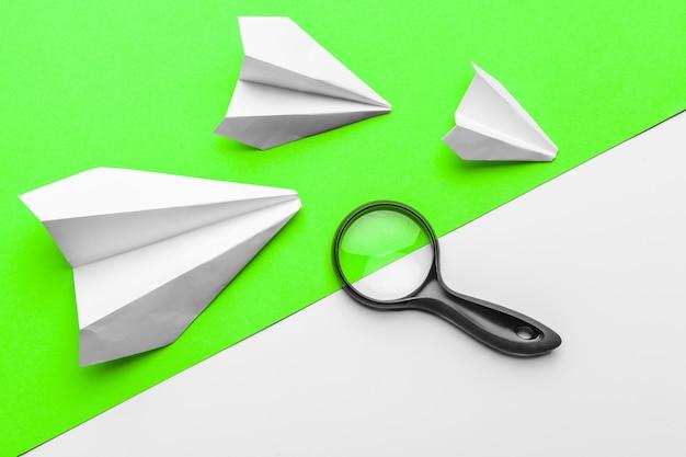 Papieren vliegtuigjes. jeugd, vrijheid en diversiteit concept