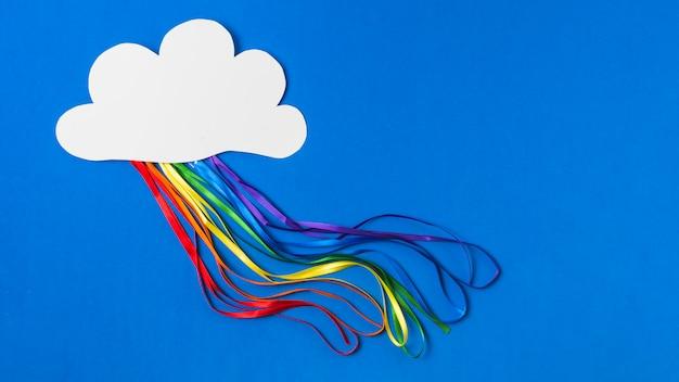 Papieren wolk met heldere tinsels in lgbt-kleuren