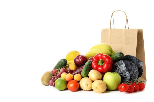 Papieren zak, groenten en fruit geïsoleerd op witte achtergrond