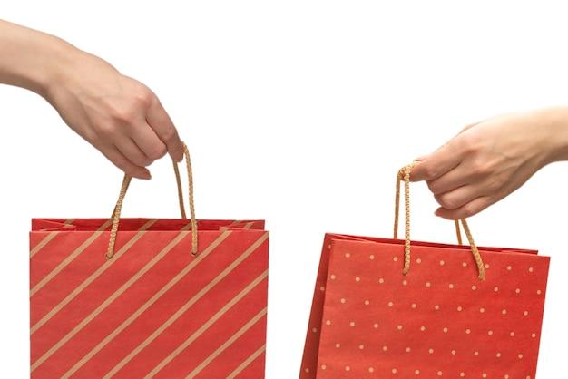 Papieren zak in handen van de vrouw geïsoleerd op wit.