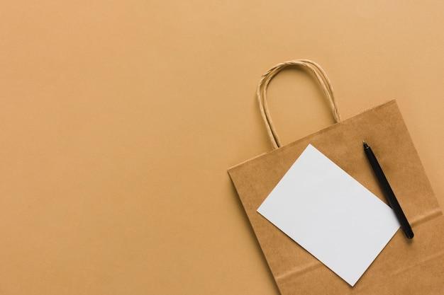 Papieren zak met blanco papier