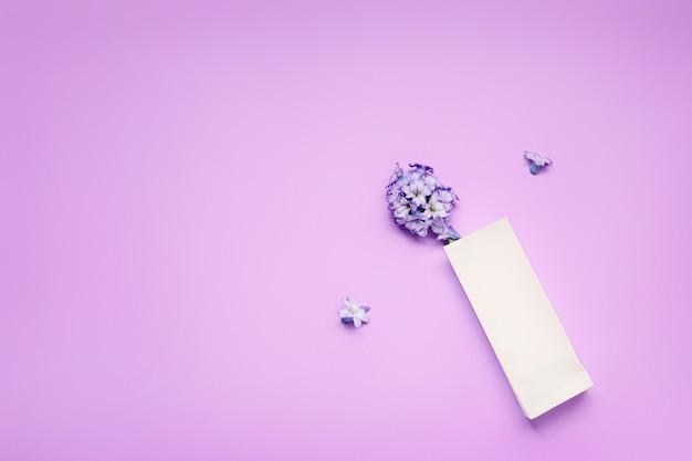 Papieren zak met bloemen