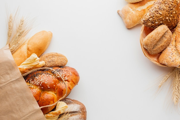Papieren zak met brood en mand met gebak