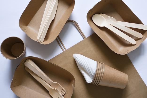 Papieren zak met een picknickset met bordenvorkglas