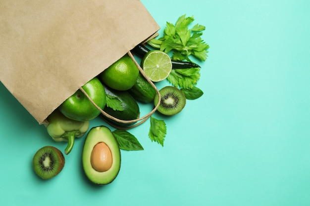 Papieren zak met groene groenten op munt