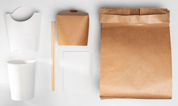 Papieren zak met hoge hoek met fastfoodverpakking