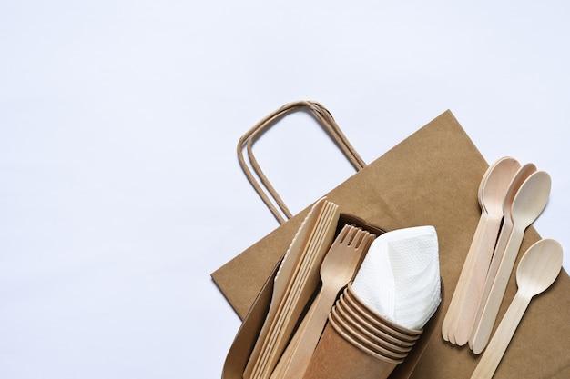 Papieren zak met picknickset bordvork glazen servetten zorg voor het milieu