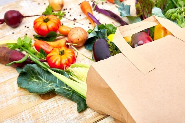 Papieren zak met verschillende gezondheid groenten eten