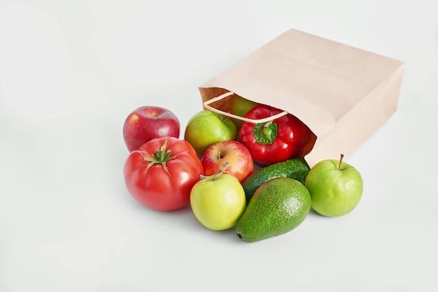 Papieren zak met verschillende groenten