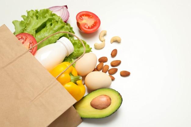 Papieren zak met verschillende soorten voedsel geïsoleerd