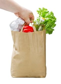 Papieren zak met voedsel in de hand
