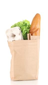 Papieren zak met voedsel op wit
