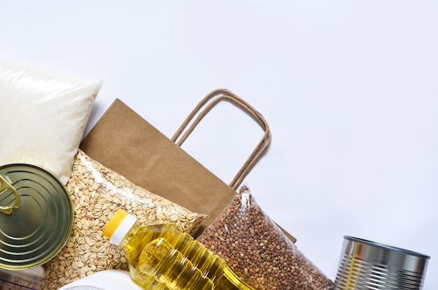Papieren zak met voedselvoorraden crisisvoedselvoorraad voor quarantaine