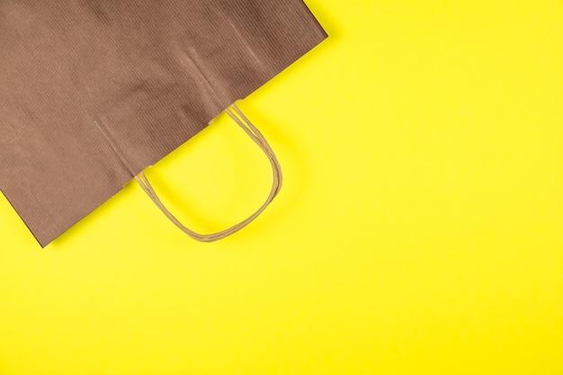 Papieren zak op geel