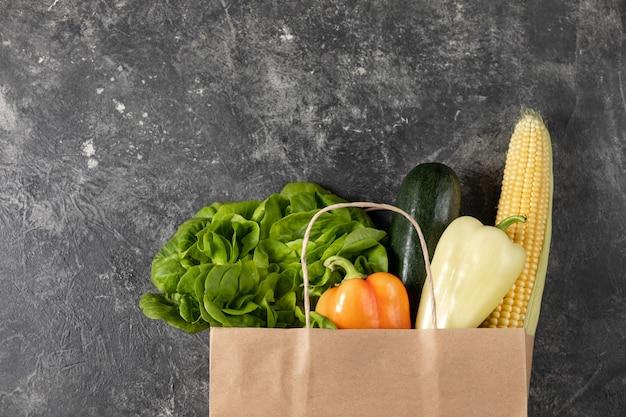 Papieren zak van gezonde groenten, plat leggen voedsel op tafel. bovenaanzicht, kopieer ruimte.