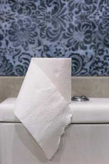 Papieren zakdoekje op toilettank