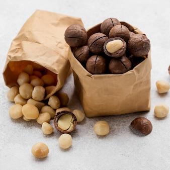 Papieren zakken gevuld met macadamianoten en chocolade