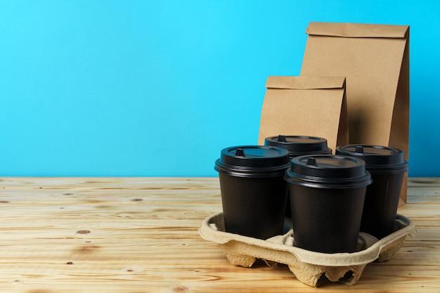 Papieren zakken met afhaalmaaltijden en koffiebekers