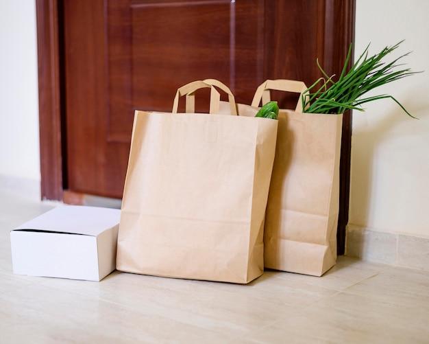 Papieren zakken met boodschappen wachten om te worden opgehaald