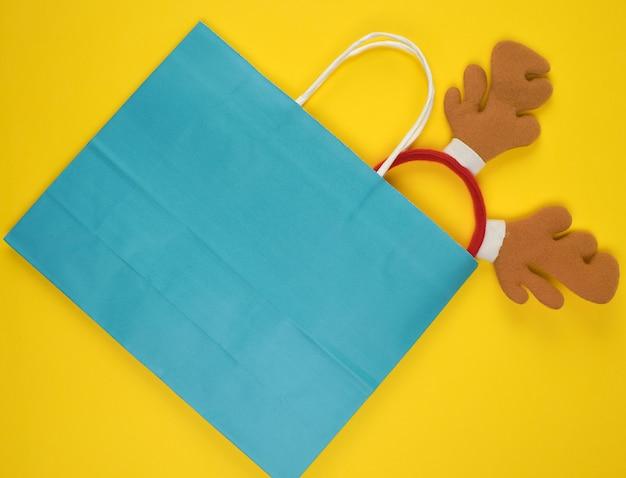 Papieren zakken om te winkelen met hertenhoofdband binnenin