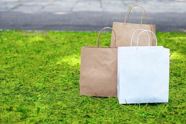 Papieren zakken op het gras. zeg nee tegen plastic zakken.