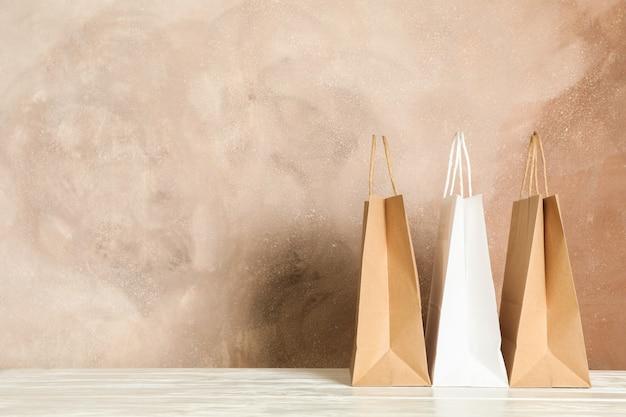 Papieren zakken op witte tafel tegen bruin