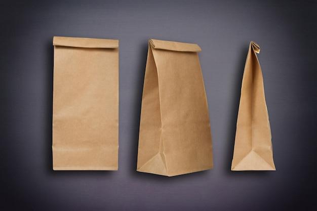 Papieren zakken op zwarte schoolbordachtergrond