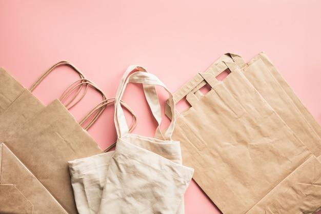 Papieren zakken voor winkelen zonder afval op roze.