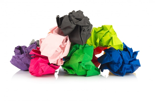 Papierenbal. kleurrijk. verfrommeld. geïsoleerd op witte achtergrond