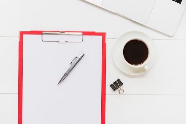 Papierhouder naast kopje koffie
