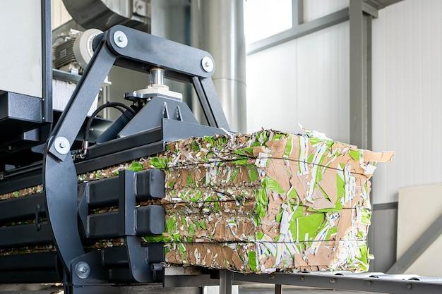 Papierrecycling vrachtwagen en vorkheftruck laden van oud papier hergebruiken