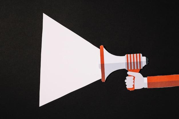 Papiersamenstelling met megafoon en straal