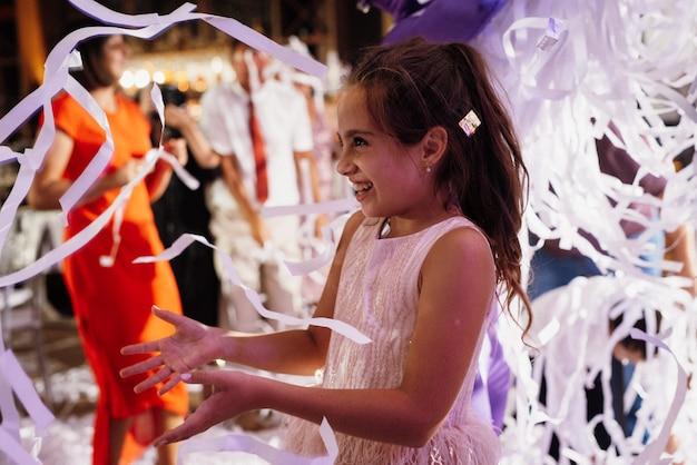 Papiershow met papieren linten in de feestzaal, heldere emoties Premium Foto