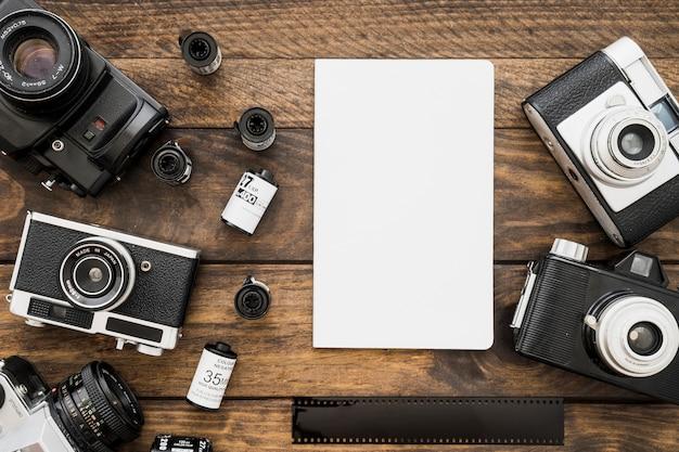 Papiervel in de buurt van camera's en film