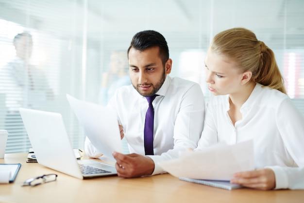 Papierwerk tijdens vergadering