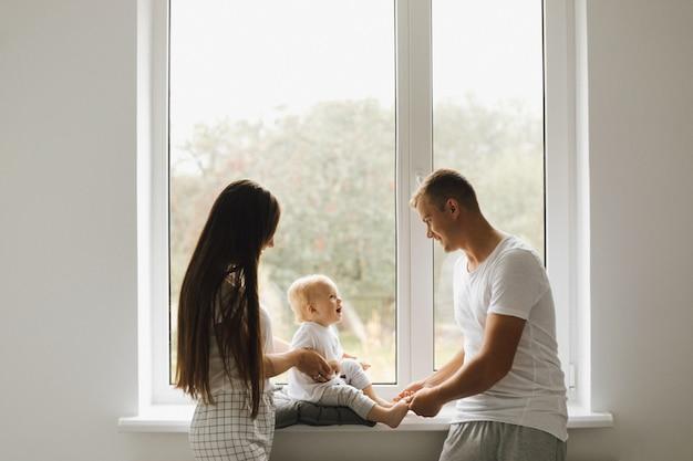 Pappa en mamma spelen met hun zoontje