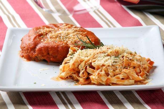 Pappardelle pasta met tomatensaus en vlees.